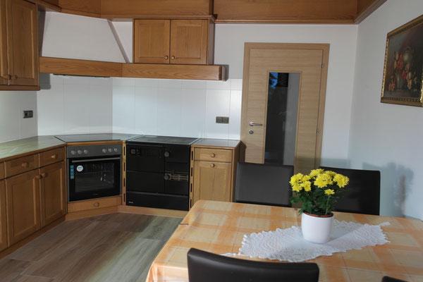 Küche mit Holz- und Gasherd, Spülmaschine
