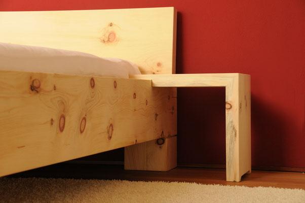 Zirbenbett Nachttisch