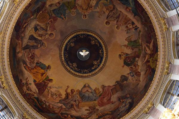 Cúpula de Catedral San Isaac con la Paloma de la Paz como símbolo del Espíritu Santo