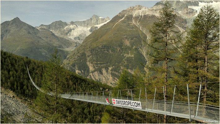 Längste Hängebrücke der Welt. Es geht über Trittgitter. Durch diese hindurch ist unter den Füssen der Abgrund zu sehen. Ich brauchte fast 10 Minuten um die 494m zu überqueren. Wandervergnügen mit Schaukeleffekt. 30.08.2017