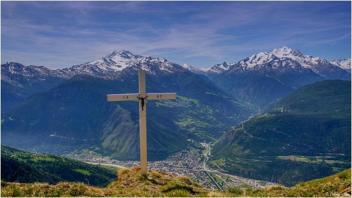 Willst du die Liebe Gottes verstehen,so bleib unter diesem Kreuze stehen. Willst du die Allmacht Gottes sehen,so musst du in die Berge gehen ( Tafel am Kreuz 1.8.1987 )