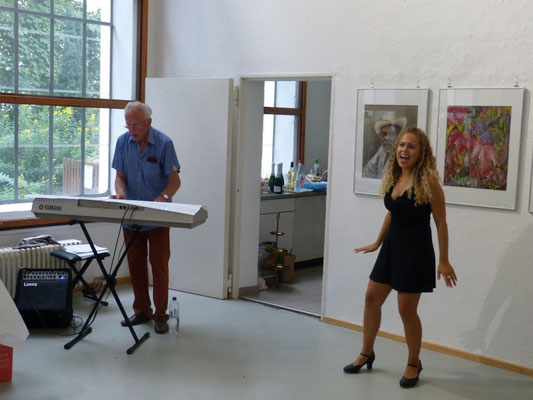 Gesang und Tanz bei der Vernissage: Martina Dimpfl