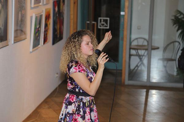 Gesangsauftritt von Musical-Sängerin Martina Oliveira