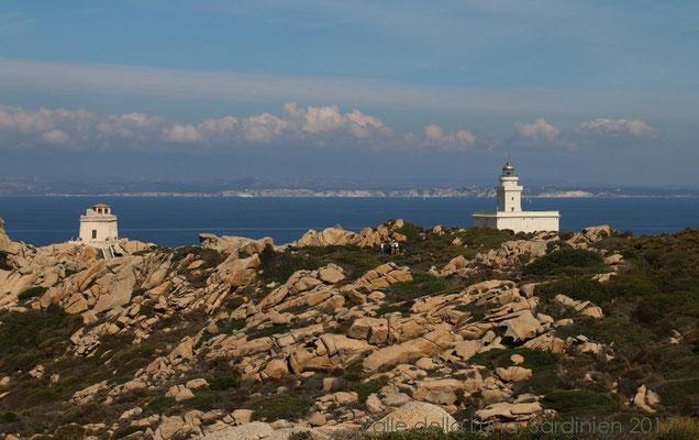 In der Ferne erscheint bereits der Leuchtturm von Capo Testa und im Hintergrund erkennt man Korsika.