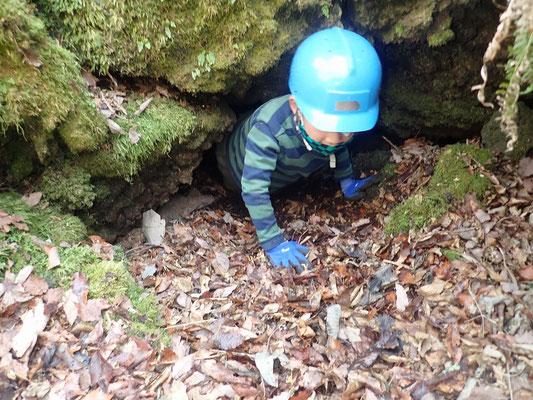 洞窟から這い出る