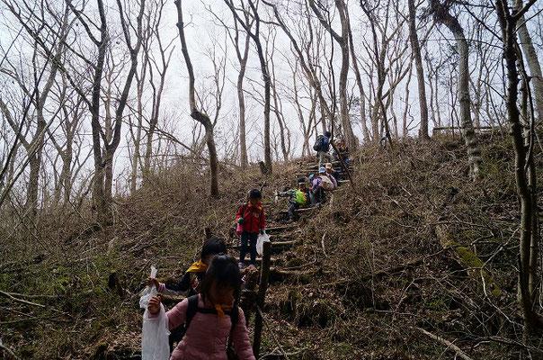 山道を登る