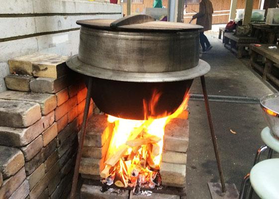 大鍋でスープ作り