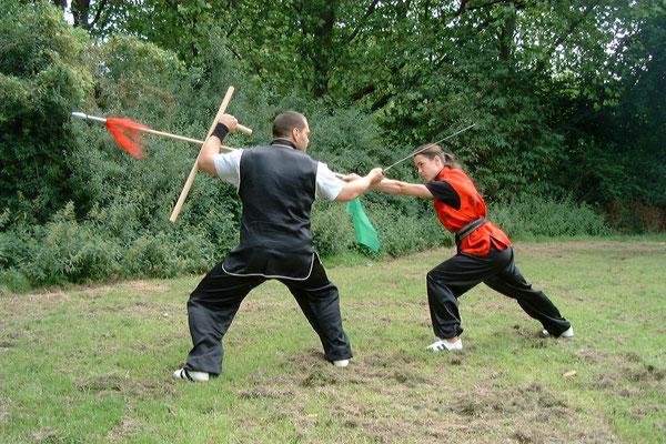 Waffen Partnerform: Kampftechnik mit Tonfa und Säbel gegen den Speer