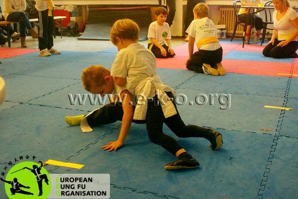 In den Kindertrainings der Jing Wu Schule Köln gibt es auch Platz für Bodenkämpfe.