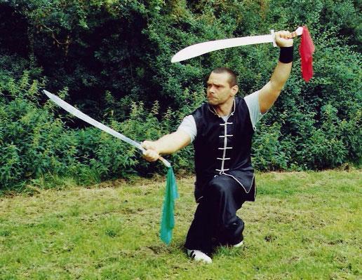 Meister Holger Heek mit Doppelsäbel als einer der Jing Wu Grundwaffen