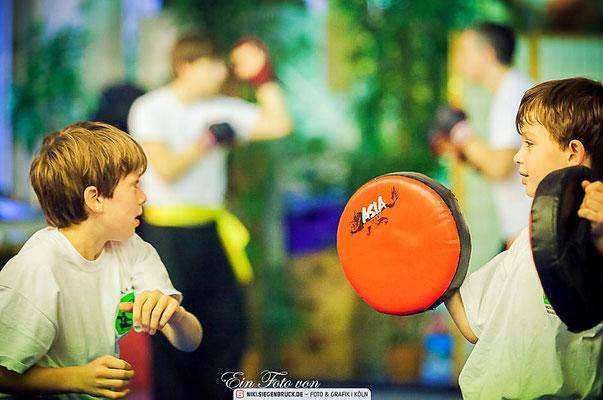 Pratzentraining gehört auch im Kindertraining zum Programm des traditionellen Kung Fu