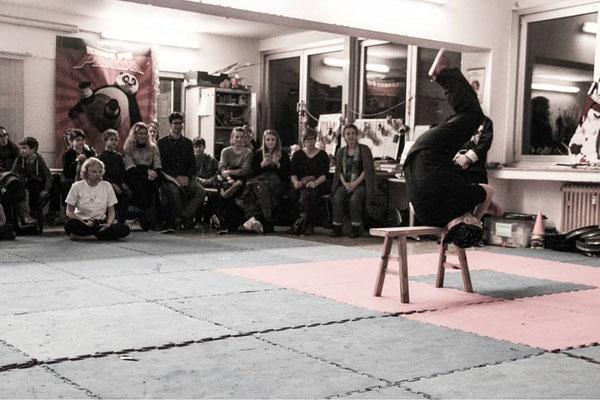 """Vorführung: Technik mit der traditionellen Kung Fu Waffe """"Sitzbank"""""""