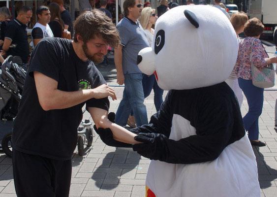 Kung Fu Panda mit Hebeltechnik am Stand der Jing Wu Schule