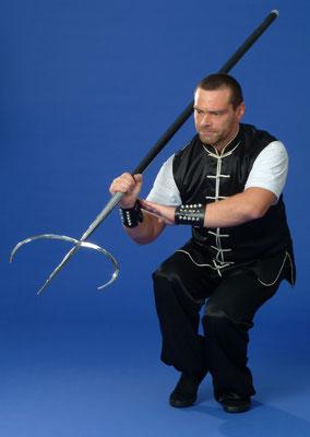 Meister Holger Heek (Jing Wu Köln) mit der Tigergabel, einer fortgeschrittenen Kung Fu Waffe