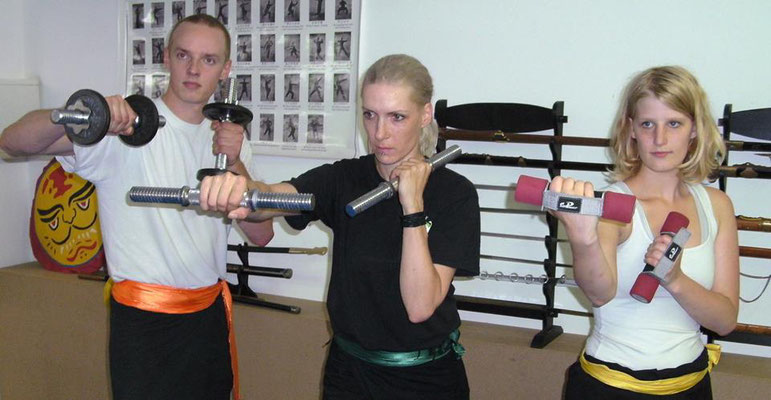 Fitness Training für Kampfsportler mit Kurzhanteln