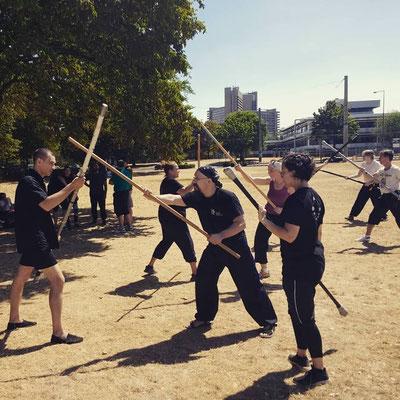 Kampftraining mit Waffen (Kung Fu Schultreffen in Köln)