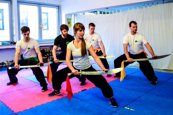 Trainingsgruppe mit dem Kung Fu Säbel