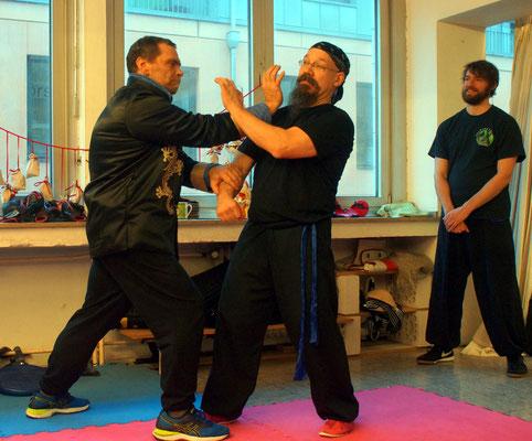 Meister Heek zeigt bei den Lehrgängen eine Kampftechnik des Hung Gar Kung Fu