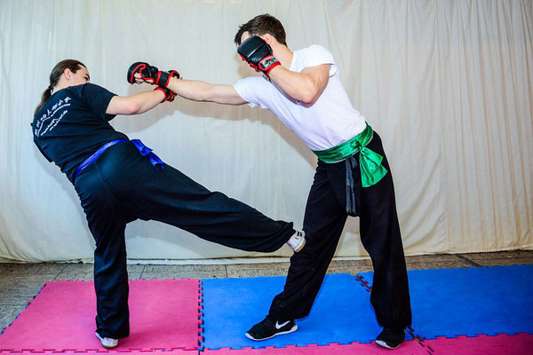Kung Fu Kampftechnik: Stoßtrritt zum Knie