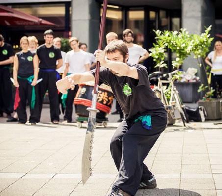 Vorführung mit der Neun Ringe Hellebarde bei einer Vorführung der Jing Wu Schul ein Köln Ehrenfeld