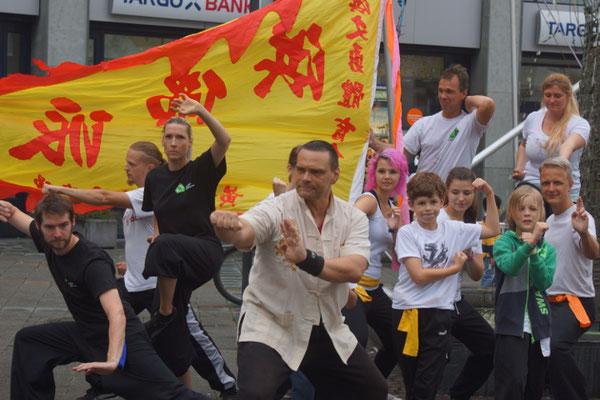 Gruppenfoto nach einer Vorführung der Jing Wu Köln in Köln Ehrenfeld
