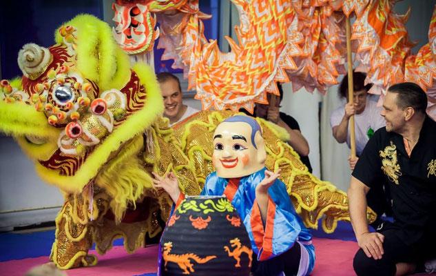 Das Team der Jing Wu Kung Fu Schule Köln bietet im Rahmen wiederkehrender Kung Fu Shows Einblicke in die Welt des traditionellen Kampfsports