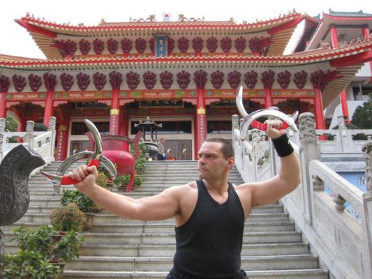 Traditionelles Kung Fu vor Tempel in Hong Kong mit Waffentechnik