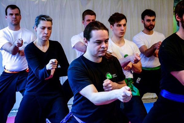 Trainingsgruppe mit Techniken des Choy Mok Kung Fu Stils