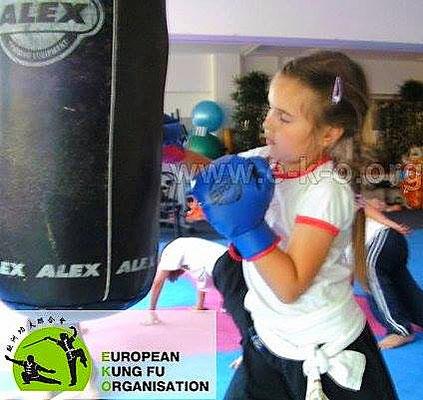 Kampfpsorttraining: Sandsacktraining ist für Kinder ein besonderer Spaß.