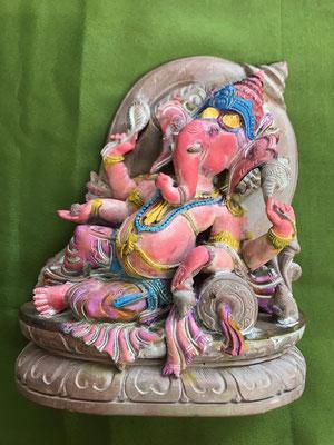 Ganesha, liegend, mit 4 Armen, 18 cm hoch und 15 cm breit, Speckstein bemalt, 95,- €