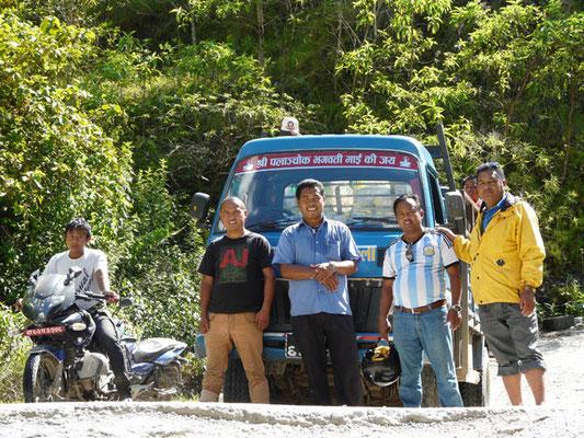 Das Team auf dem Weg ins Dorf