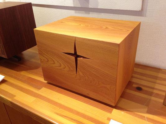 抽斗箱「こころのスキマ」。十字のスキマに指を入れて抽斗を開けるデザイン。/八ヶ岳の家具工房ZEROSSOの創作家具