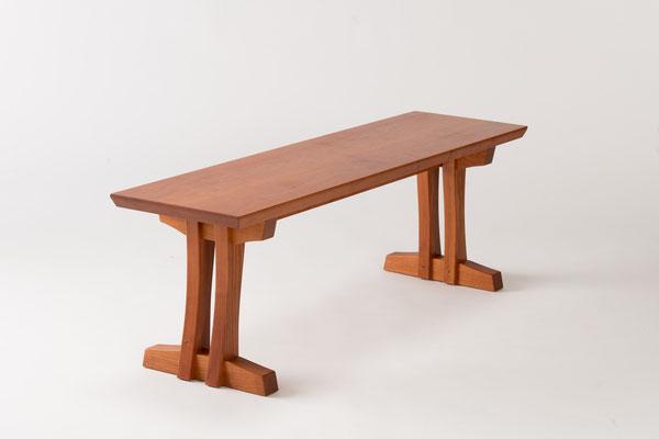 シンプルベンチ。和の印象もある脚の組み方が特徴的。/八ヶ岳の家具工房ZEROSSOの創作家具