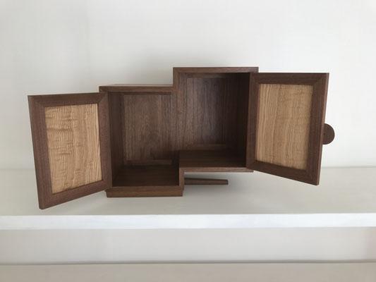 お仏壇「宇宙へ」。本体のウォールナットと、扉のタモのコントラストが美しい作品です。/八ヶ岳の家具工房ZEROSSOのお仏壇