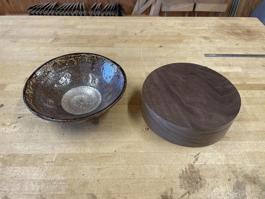 器の径に合わせて材を円柱形に整えます。陶芸と木工のコラボレーションブランド、FUTAMONO-YAの新作。八ヶ岳の家具工房ZEROSSOの創作家具。