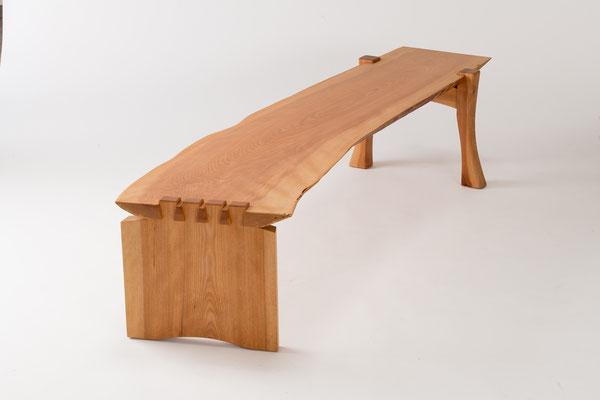 自然な形状の板をそのまま使ったロングベンチ。大ぶりな蟻組みがアクセント。/八ヶ岳の家具工房ZEROSSOの創作家具