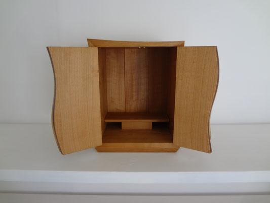 桜のお仏壇「波」。八ヶ岳の家具工房ZEROSSOのモダンでコンパクトなお仏壇。