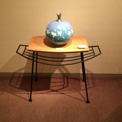 ハンモックテーブル。鉄の脚部の優しい欄が魅力的。/feeLife YATSUGATAKE/八ヶ岳の家具工房ZEROSSO 創作家具