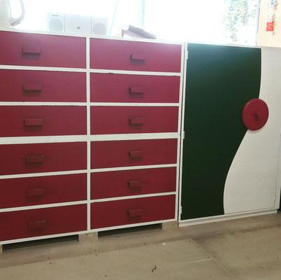 合板で作った収納家具。抽斗箱と、扉の曲線がダイナミックなキャビネット。色も鮮やかに。/八ヶ岳の家具工房ZEROSSO アート作品 アート家具 創作家具