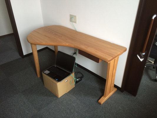 クリニックのテーブル。ドクターの希望に合わせて製作した患者と向き合うためのテーブル。/八ヶ岳の家具工房ZEROSSOの創作家具