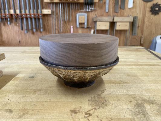 器にピタリと納まりました。陶芸と木工のコラボレーションブランド、FUTAMONO-YAの新作。八ヶ岳の家具工房ZEROSSOの創作家具。
