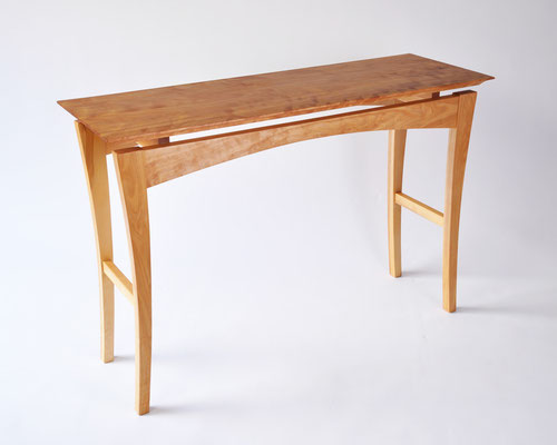 コンソール「輝き」。カバのキラキラした木目を天板に使い、全体はシンプルにまとめたコンソール。/八ヶ岳の家具工房ZEROSSOの創作家具
