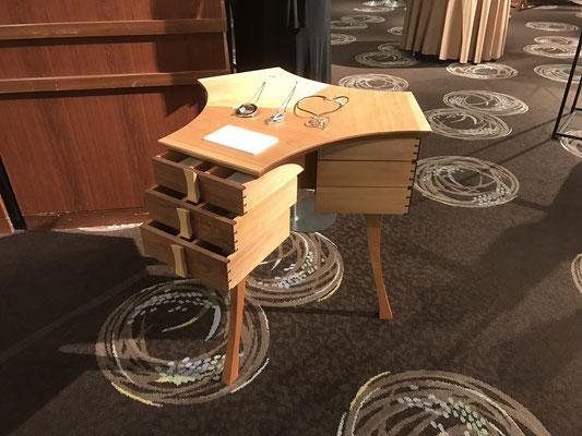 コンソール「COSMOS」。正三角形のように3つの方向に抽斗が3段ずつ。裏表がなく、特徴的なデザインは、ジュエリーや時計などを飾るキャビネットとして、中央に置くと映えるもの。/八ヶ岳の家具工房ZEROSSO アート作品 アート家具 創作家具