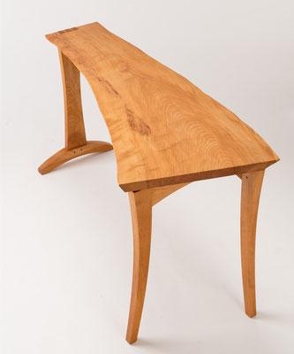 ナチュラルテーブル。板の形状をそのまま活かして脚をデザインしたアンシンメトリーなテーブル。/八ヶ岳の家具工房ZEROSSOの創作家具
