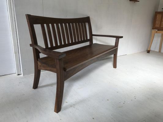 スタイリッシュベンチ。ウォールナットの高級感が溢れて、曲線がバランスよく施された2人掛けのベンチ。/八ヶ岳の家具工房ZEROSSOの創作家具