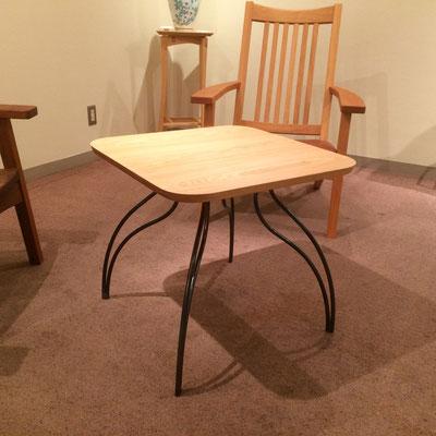 ティーテーブル。正方形で少しレトロ感ある天板と、柔らかい曲線の鉄脚が魅力的。/feeLife YATSUGATAKE/八ヶ岳の家具工房ZEROSSO 創作家具