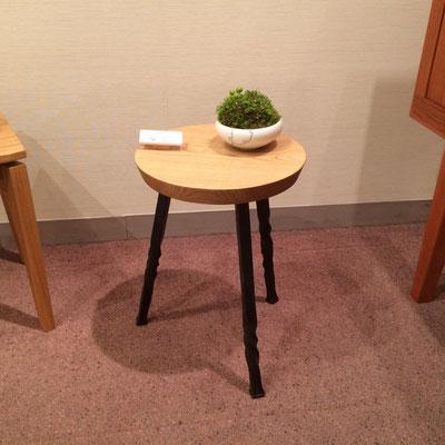 スツール。シンプルな鉄の3本脚。/feeLife YATSUGATAKE/八ヶ岳の家具工房ZEROSSO 創作家具