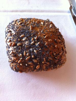 松の実とけしの実がトッピングの良く焼けたパン