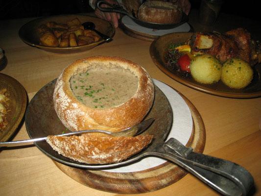 パンの容器に入ったスープ