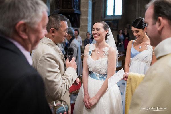 Fou rire de la mariée à l'église - Robe : Andralys Make up : Amandine Corvaisier Coiffure : Virginie Barrault Guignard